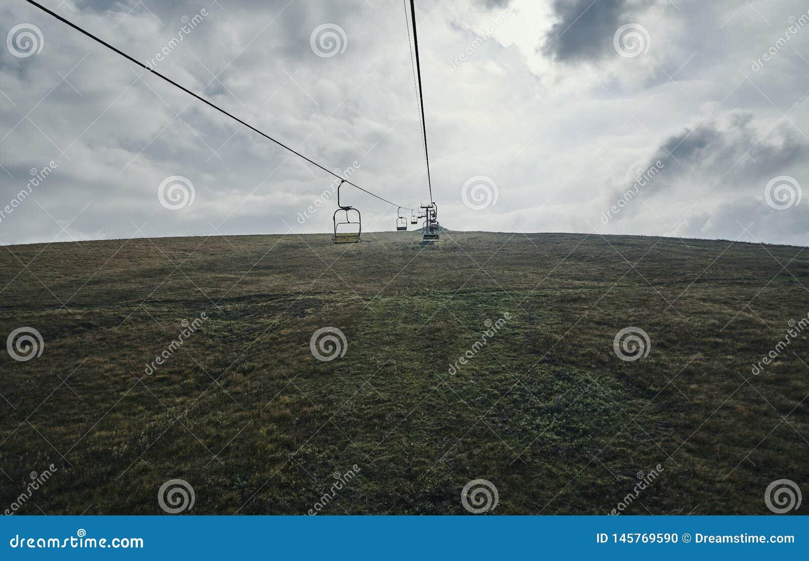 Kabelmanier onder de gebieden op de heuvel