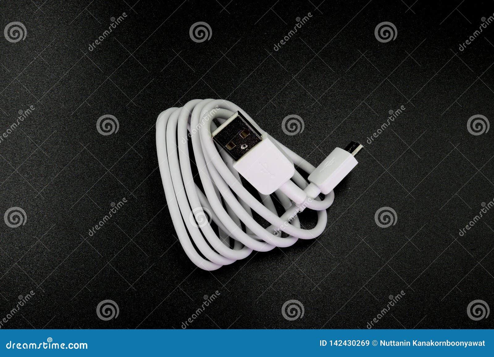 Kabelschakelaar micro-USB aan USB op zwarte achtergrond