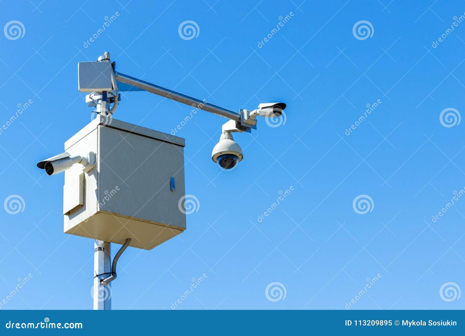 Kabeltelevisie-camera op hemel Infrarode camera als achtergrond en gezoem volgend systeem