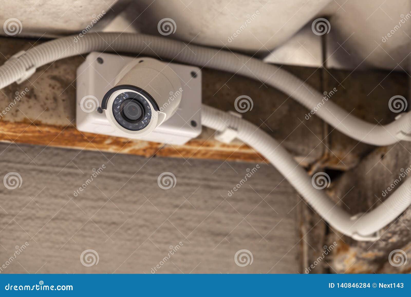 Kabeltelevisie opgezet op plafond onder het dak