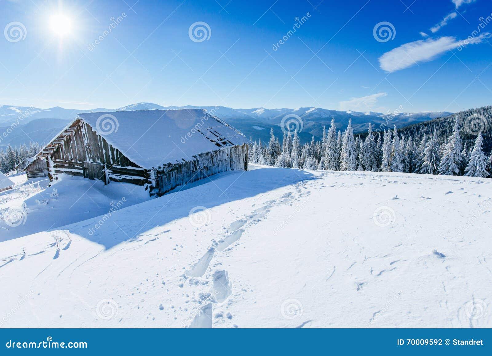 Kabin i bergen i vinter