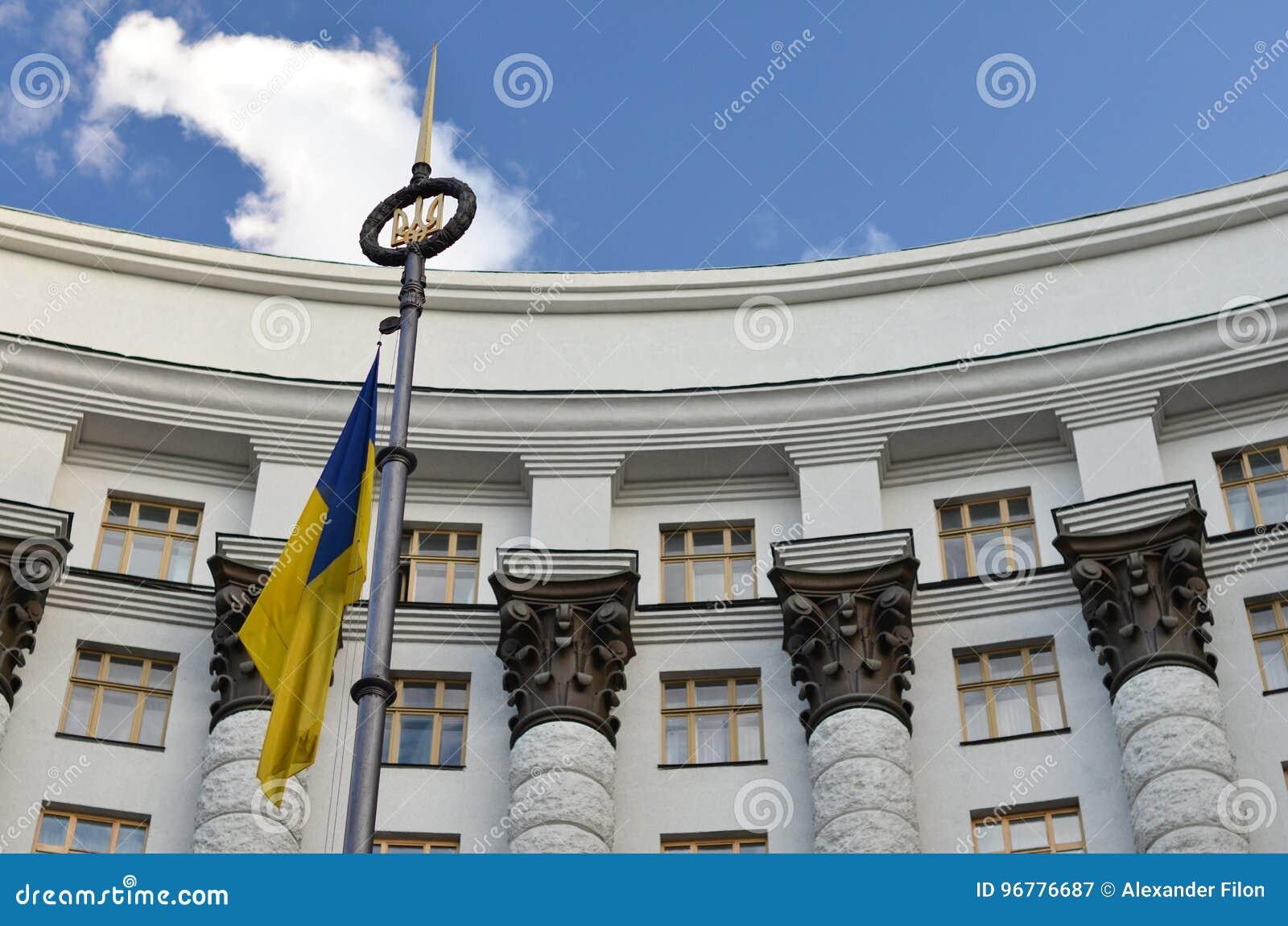Kabinett av ministrar och flagga av Ukraina
