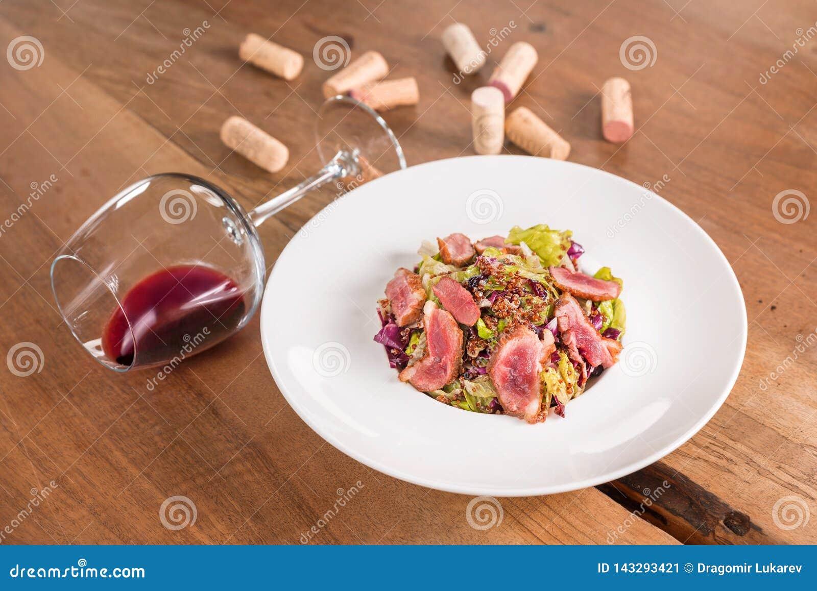 Kaczki piersi sałatka z szkłem czerwone wino