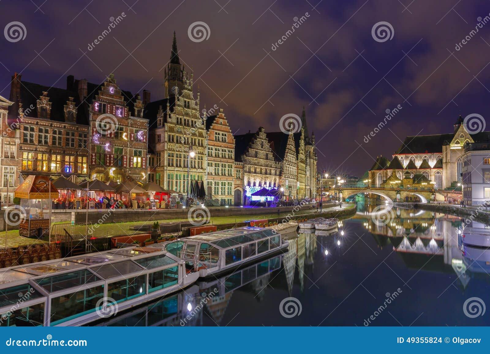 Kade Graslei in de stad van Gent bij avond, België