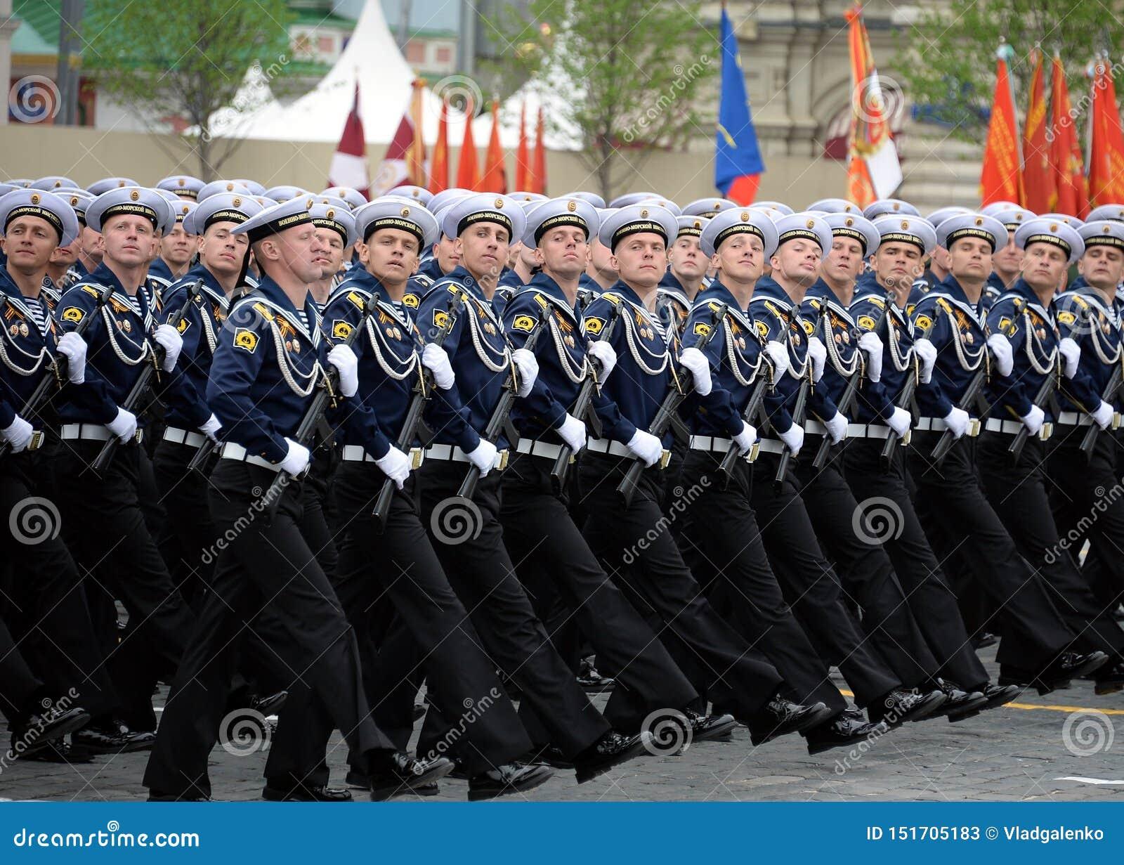 Kadetten van het Zee Polytechnische Instituut tijdens de parade op rood vierkant ter ere van overwinningsdag