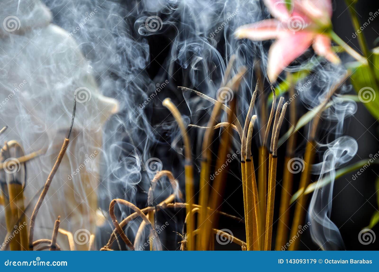 Kadzidło kije w świątyni w Wietnam