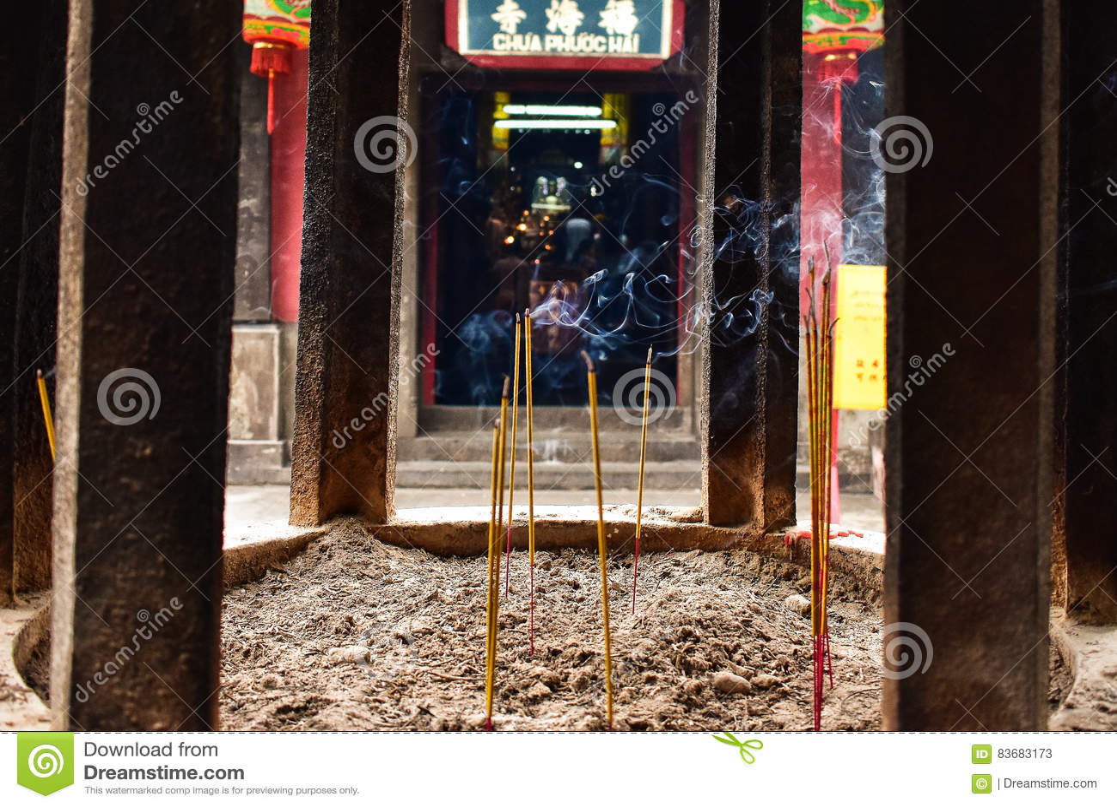 Kadzidłowy palenie dymu szczegół w Wietnamskiej świątyni