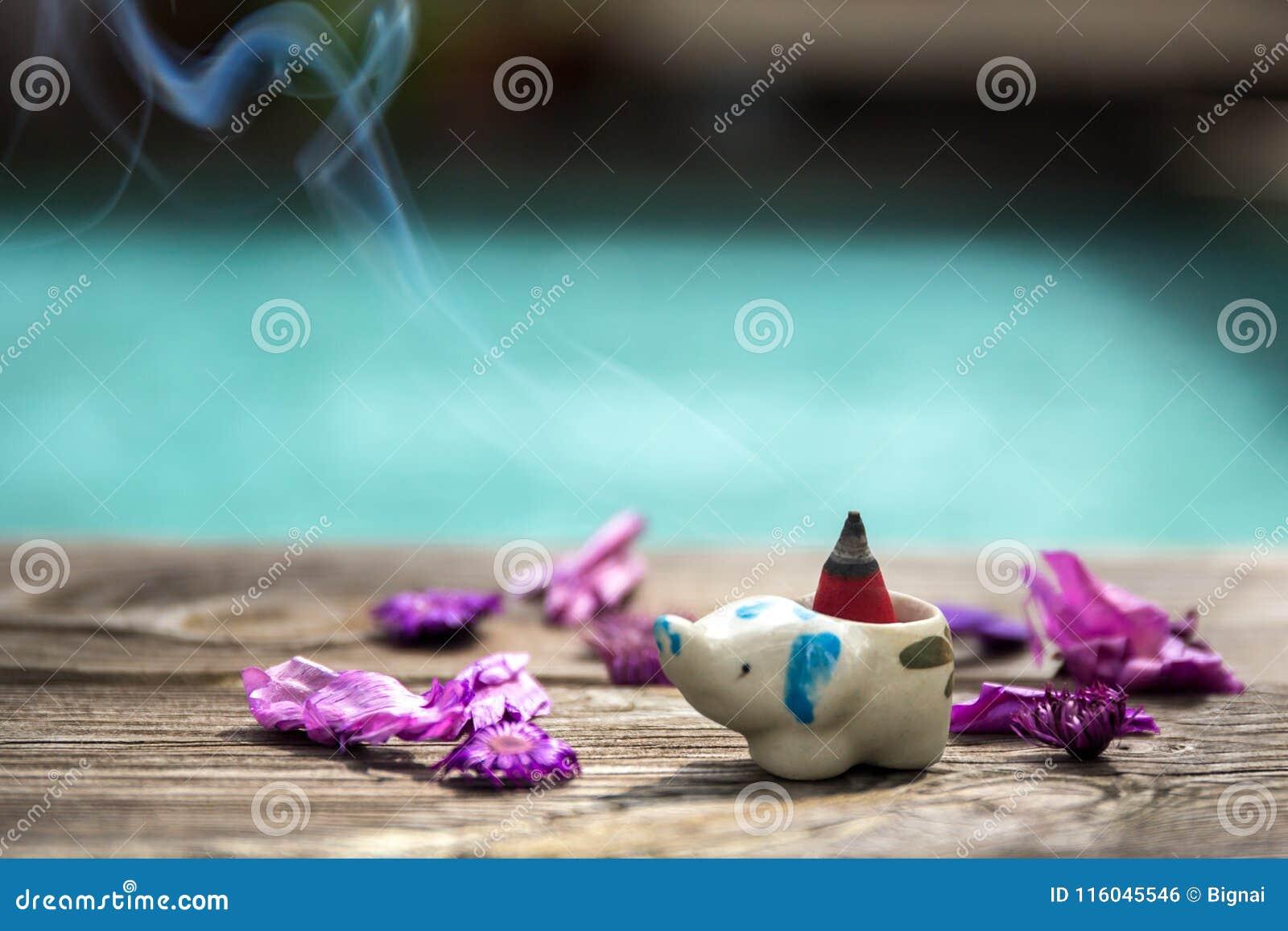 Kadzidłowy rożek lub gumowy beniamin w ceramicznym kadzidłowym palniku z suchym