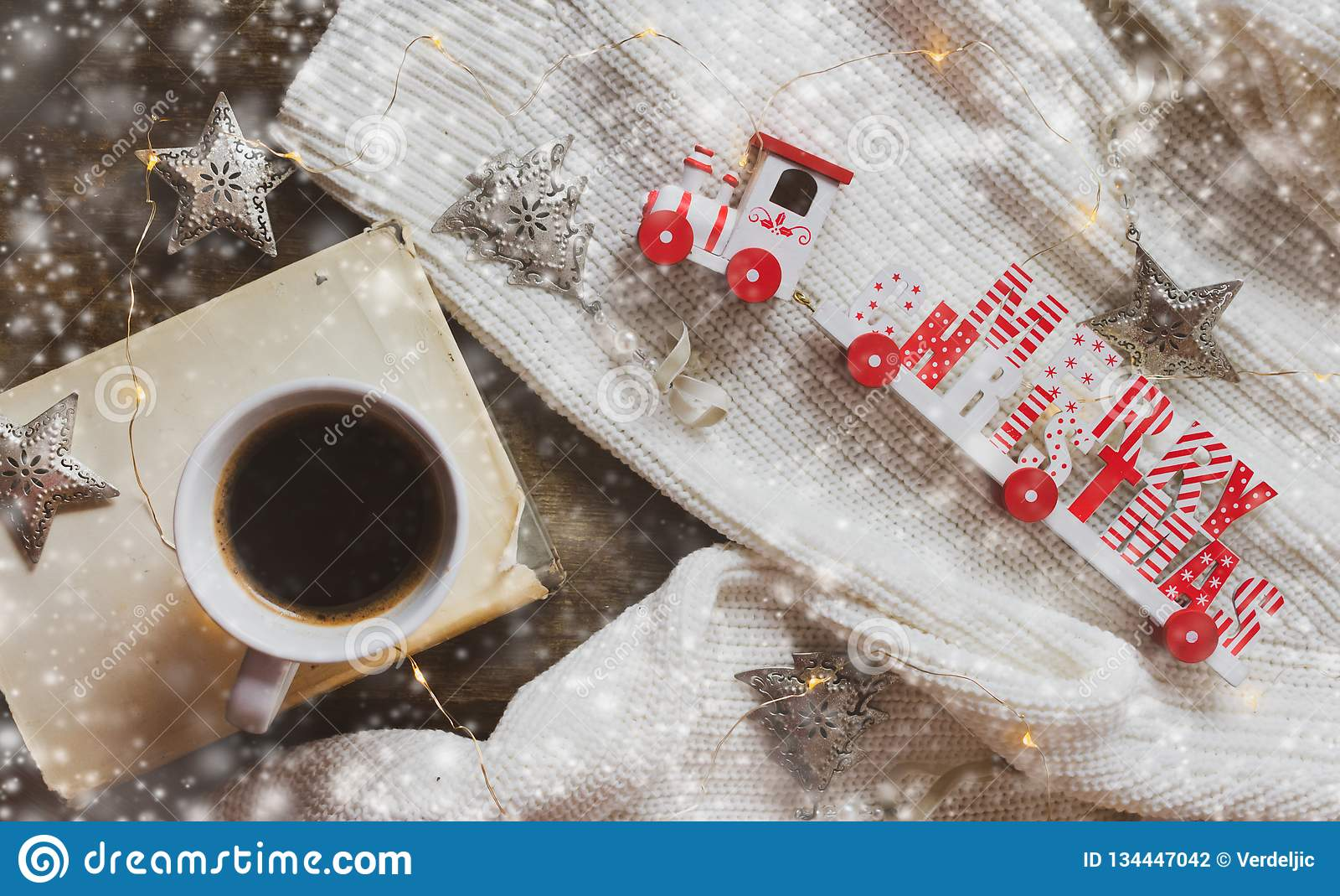 Kaffe bok, glad jul utbildar och garneringar på en träbakgrund