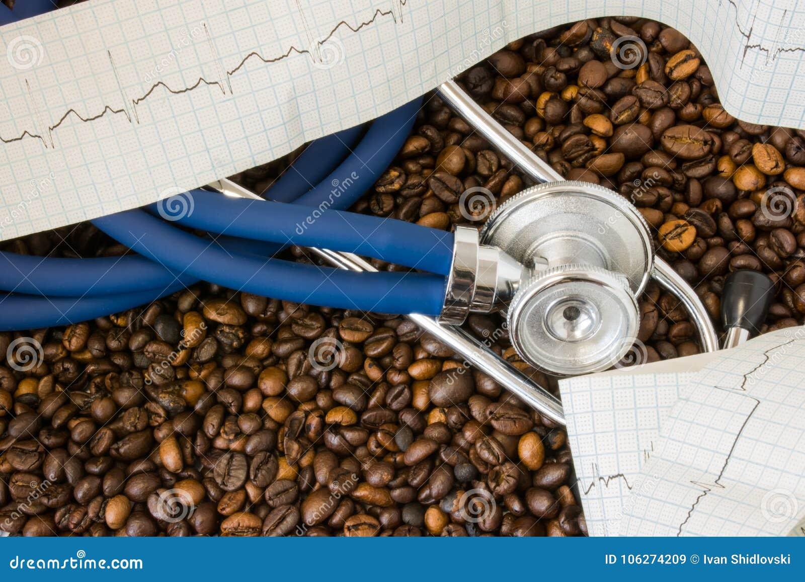 Kaffe eller koffein och hjärtslag för hjärtaarrhythmiasirregular Stetoskop och ECG-band på bakgrund av kaffebönor Effekt och