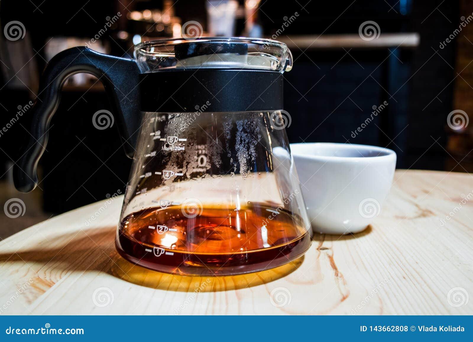 Kaffe förbereder en alternativ metod i kaffeexponeringsglaskruka koffein Häll över Serveren