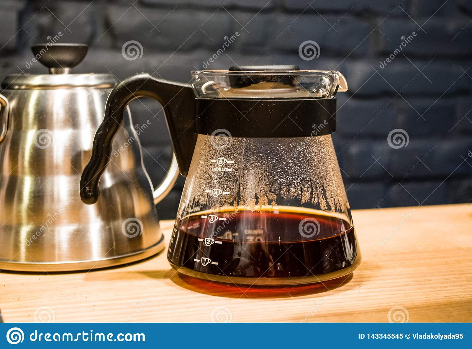 Kaffe förbereder en alternativ metod i kaffeexponeringsglaskruka koffein Häll över V60 Serveren