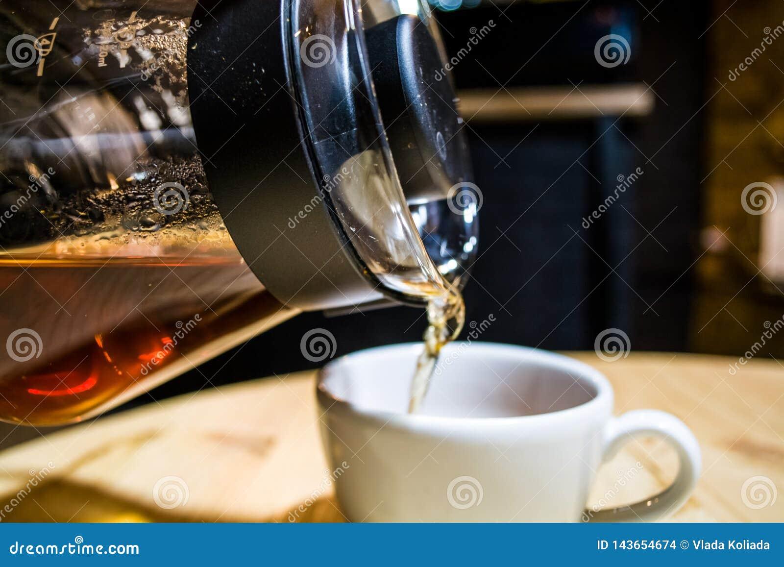 Kaffe f?rbereder en alternativ metod i kaffeexponeringsglaskruka koffein H?ll ?ver Serveren