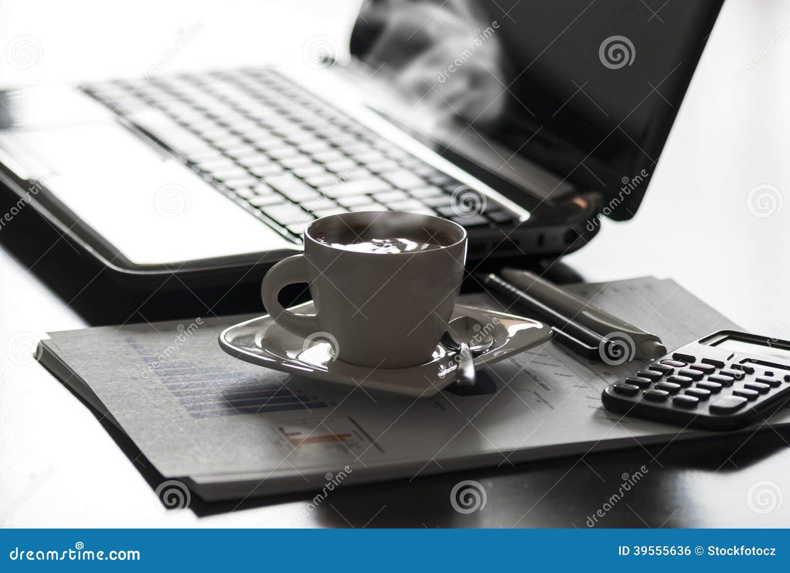 Kaffe och bärbar dator