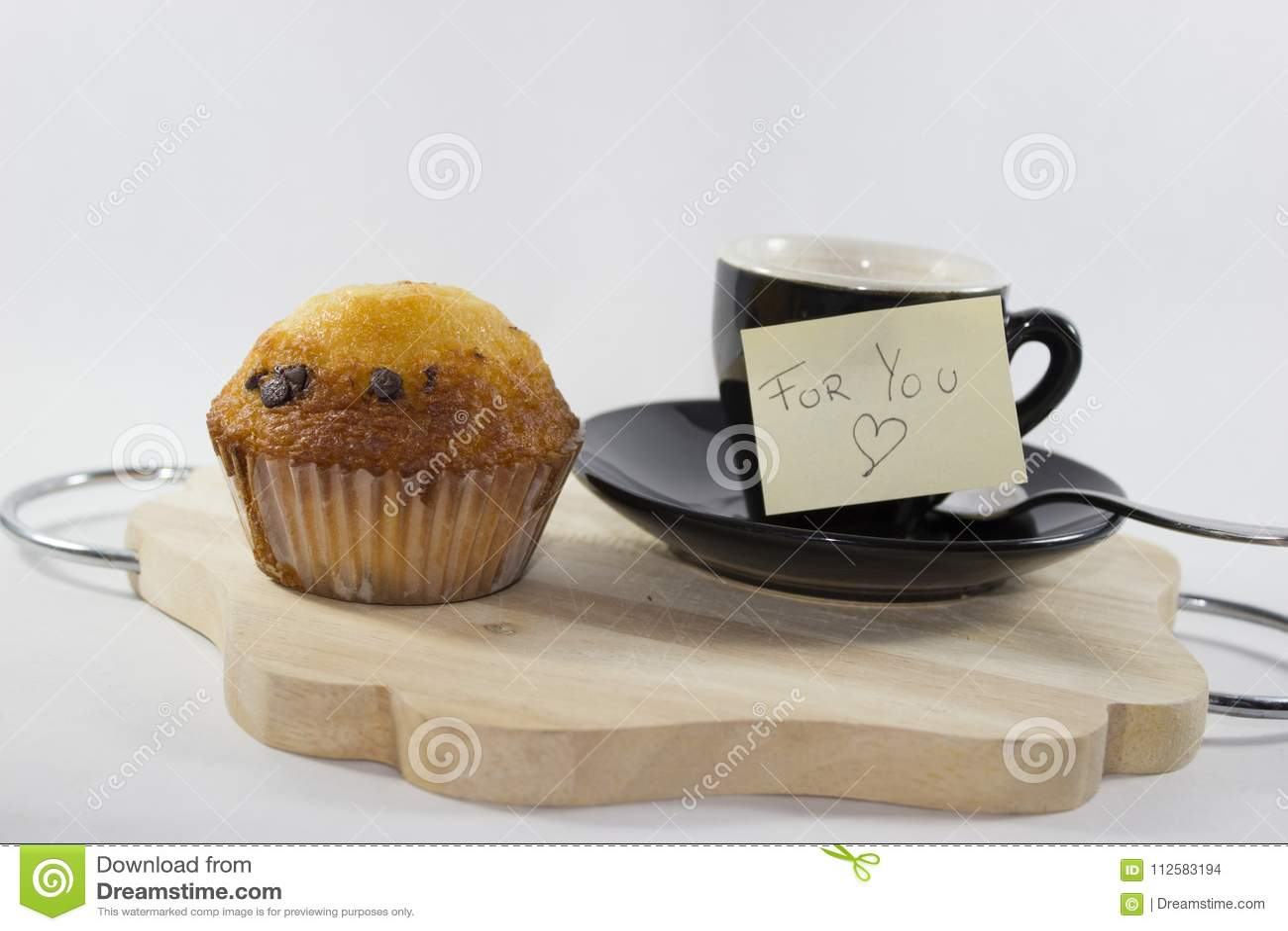 Kaffe på magasinet med muffin med vit bakgrund, med en stolpe