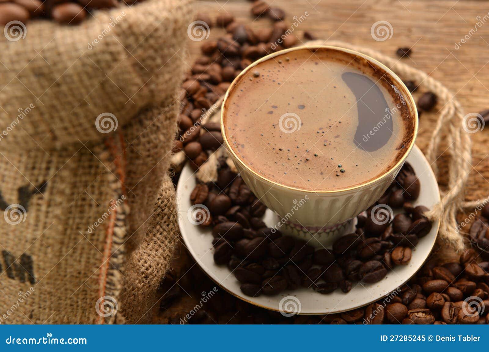 Kaffebönor och kopp