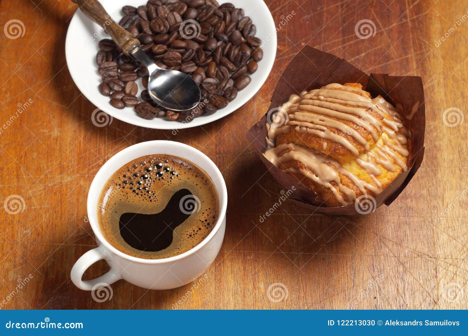 Kaffee, Muffin und Bohnen