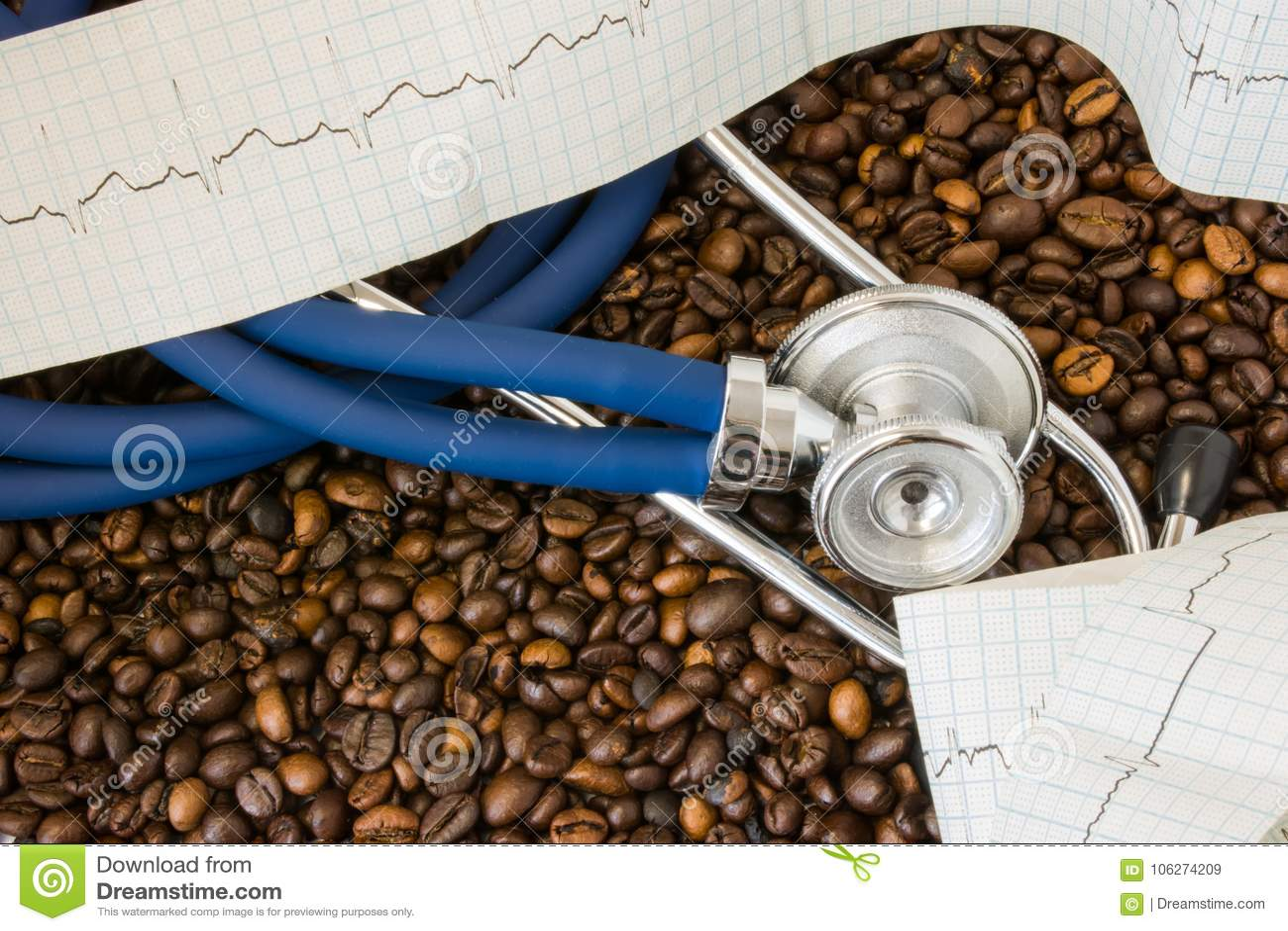 Kaffee oder Koffein und Herzarrhythmie Irregularherzschlag Stethoskop und ECG-Band auf Hintergrund von Kaffeebohnen Effekt und