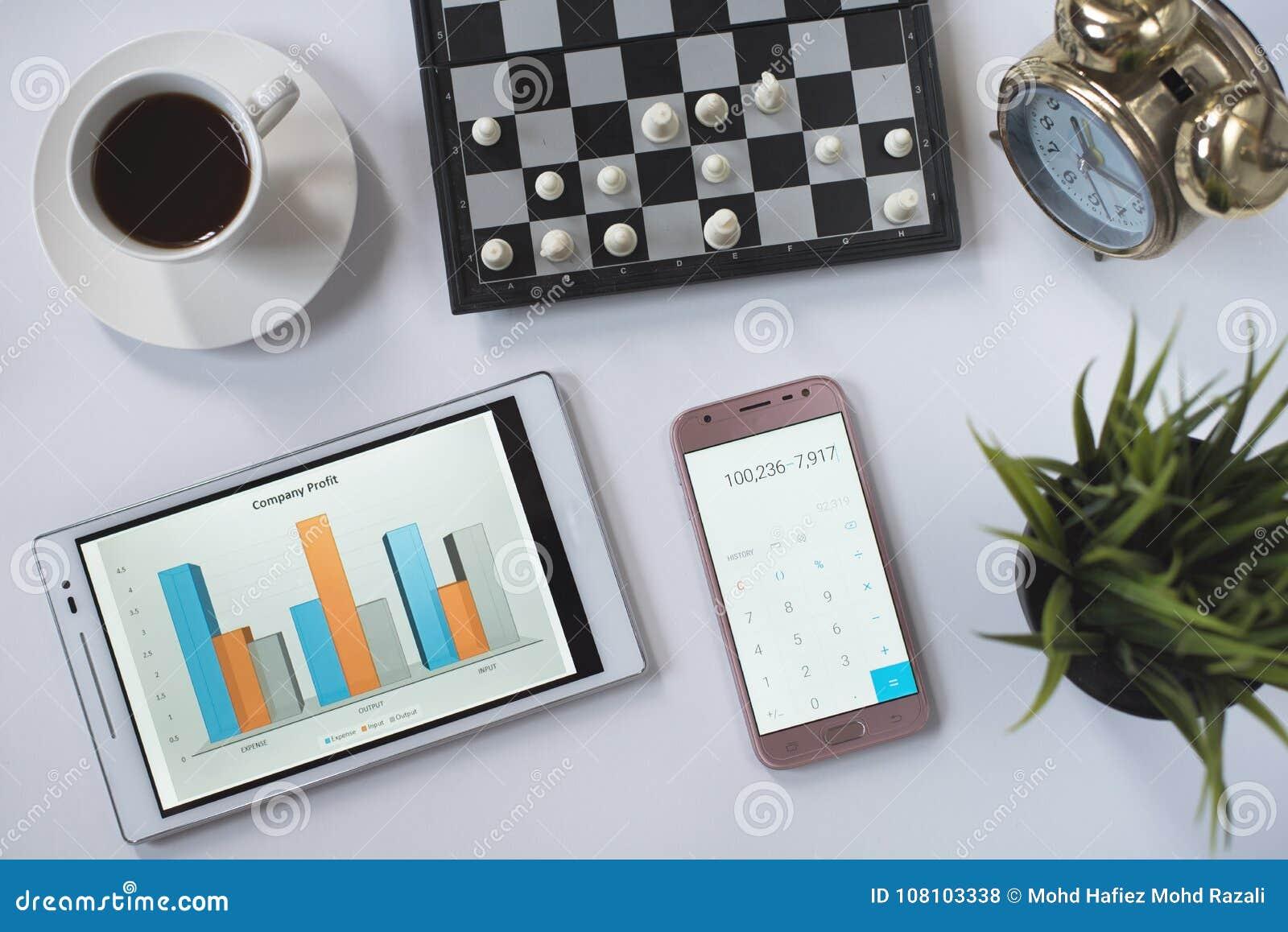 Kaffee, Schach, Telefon, Uhr und Digital-Tablet mit Geschäftsdiagramm auf weißer Ebenenlage