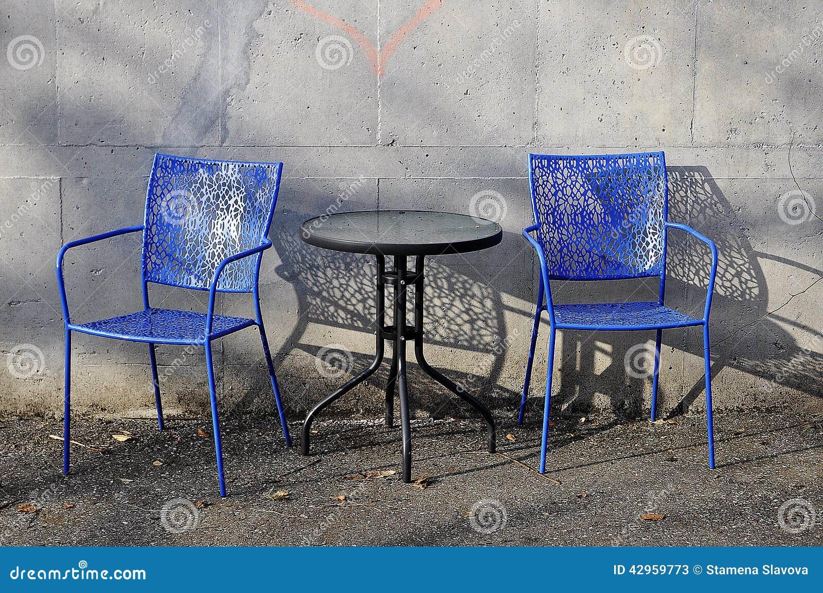 Kaffee-Tabelle und Stühle