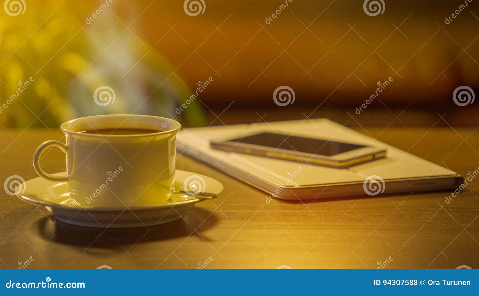 Kaffee, Telefon und Digital-Tablet