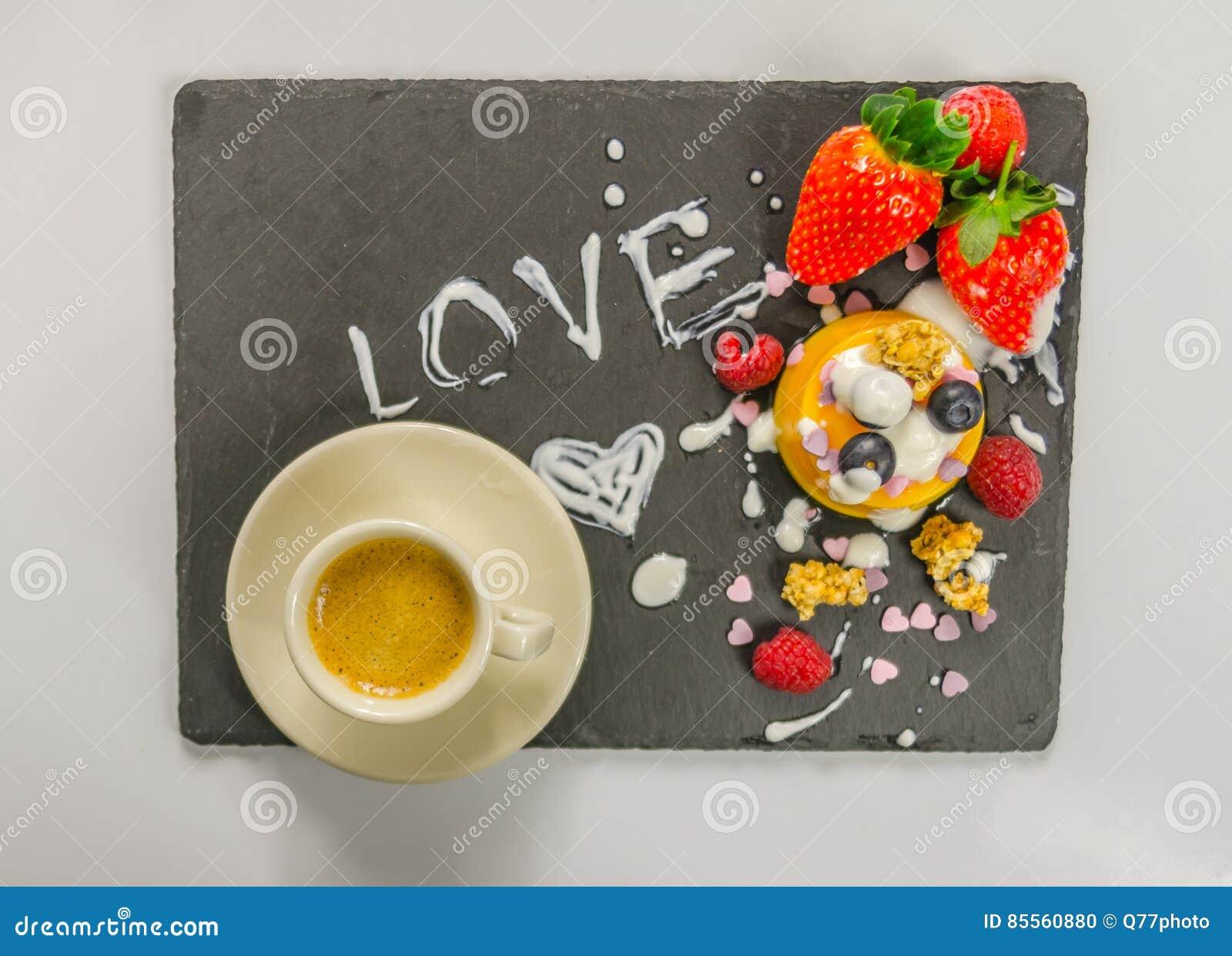 Kaffee und Nachtisch mit Frucht