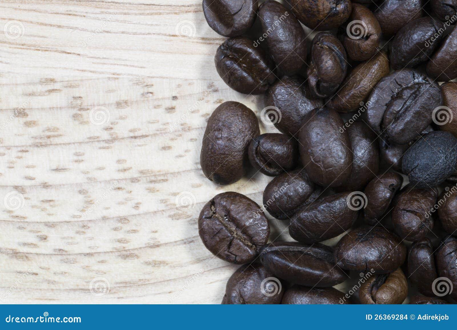 Kaffeebohne auf hölzernem Hintergrund