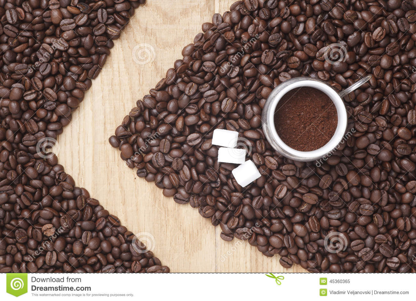 Kaffeebohnen auf einem hölzernen Hintergrund