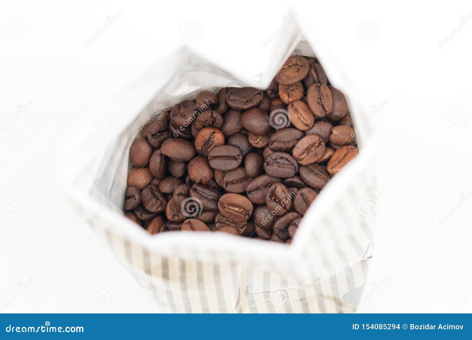 Kaffeebohnen auf wei?em Hintergrund Kopieren Sie Platz