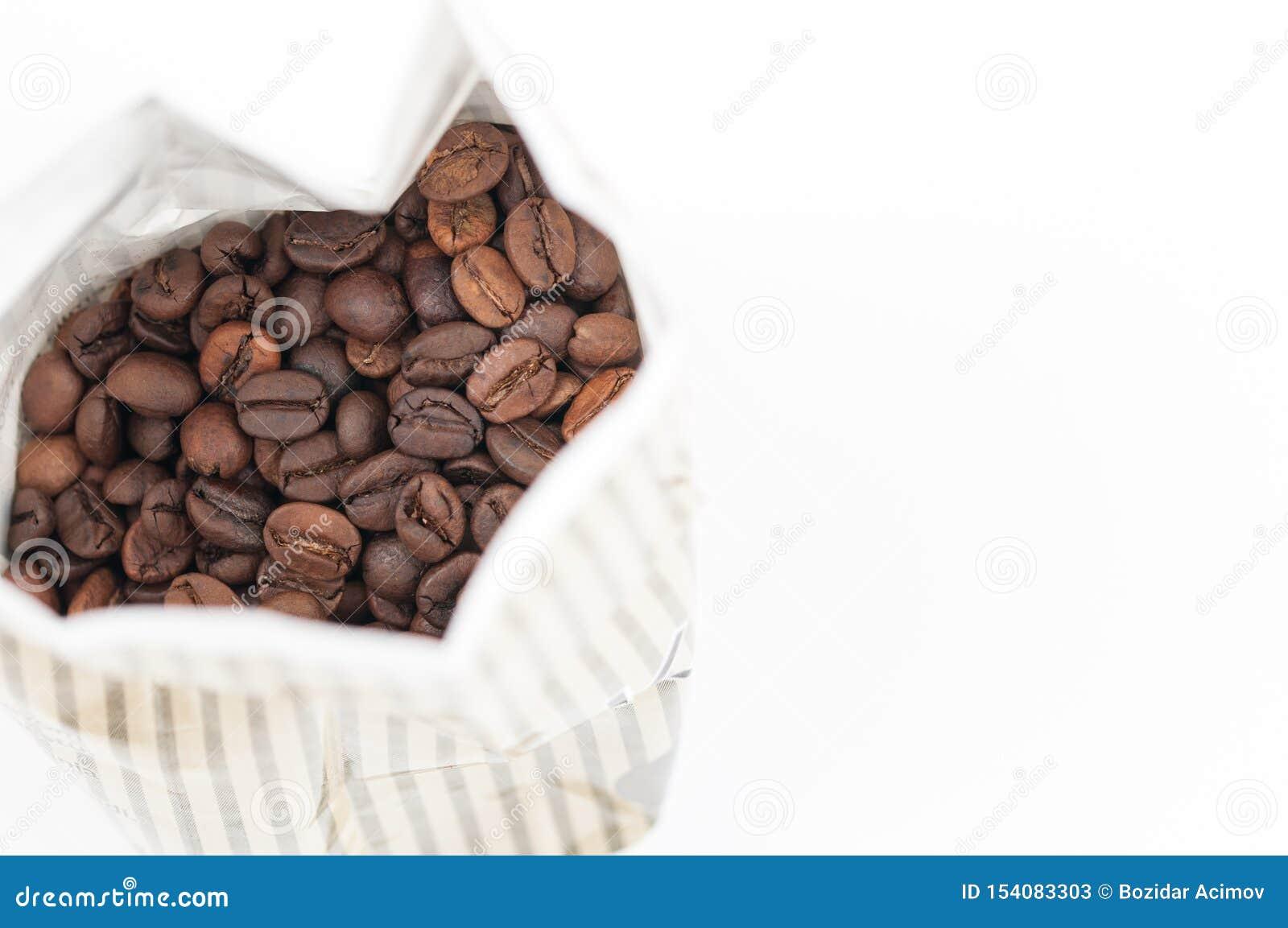Kaffeebohnen getrennt auf wei?em Hintergrund Kopieren Sie Platz