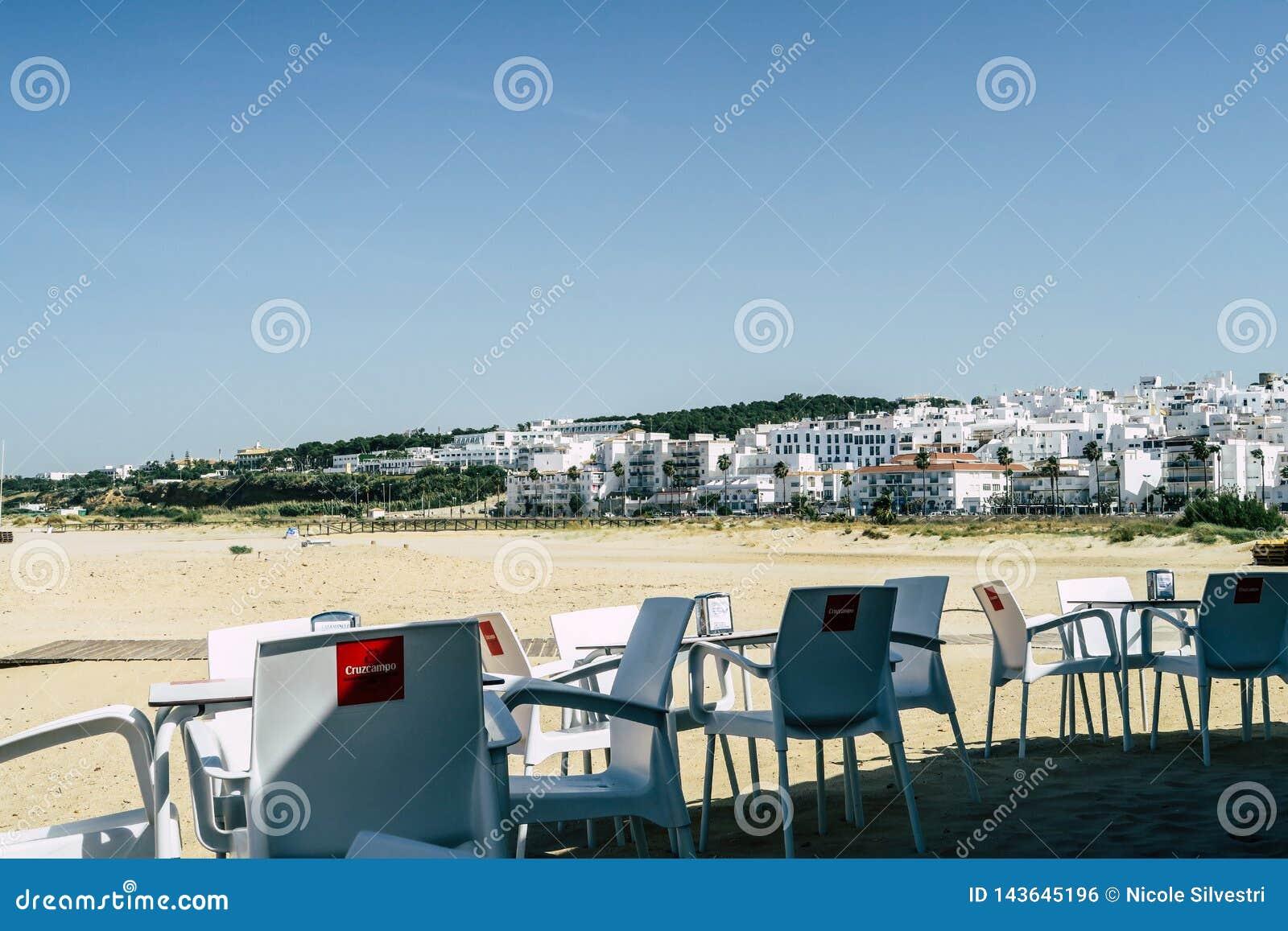Kaffeeplatz mit weißen Stühlen und Tabelle in einer Kleinstadt in Süd-Spanien, an der Küste vom Mittelmeer