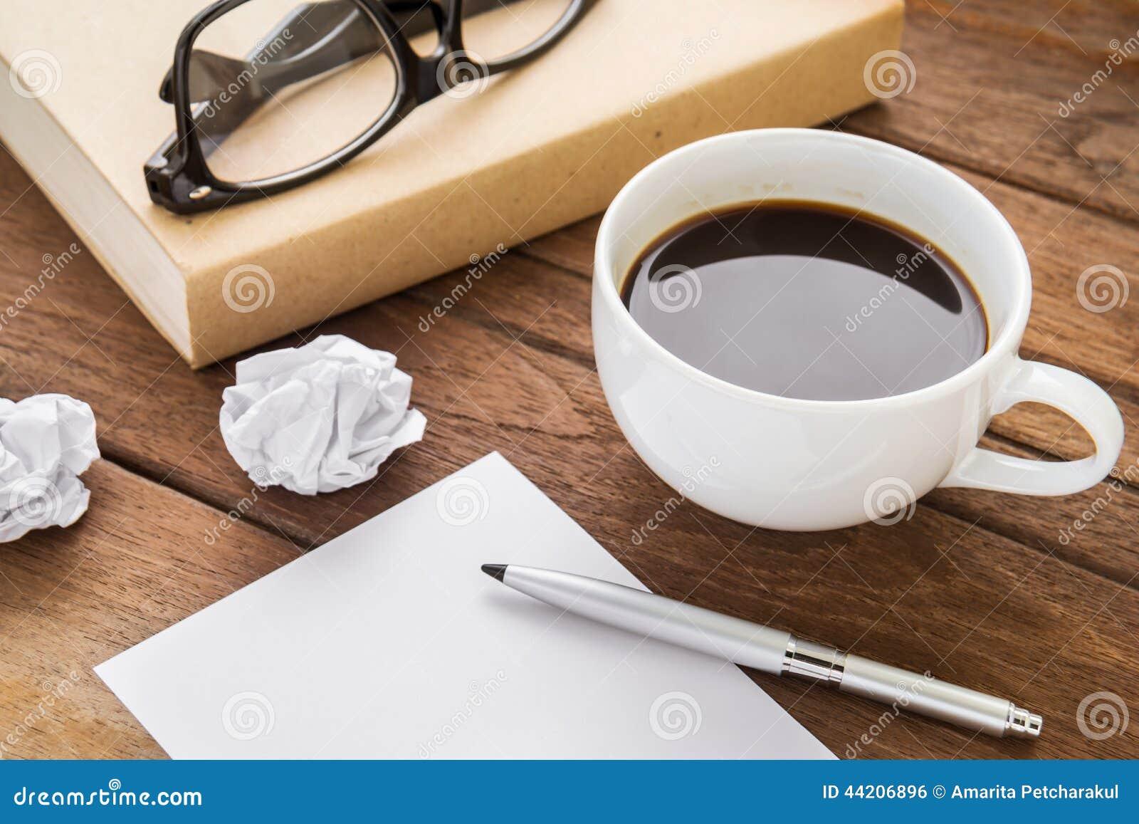 kaffeetasse und buch auf holztisch stockfoto bild 44206896. Black Bedroom Furniture Sets. Home Design Ideas