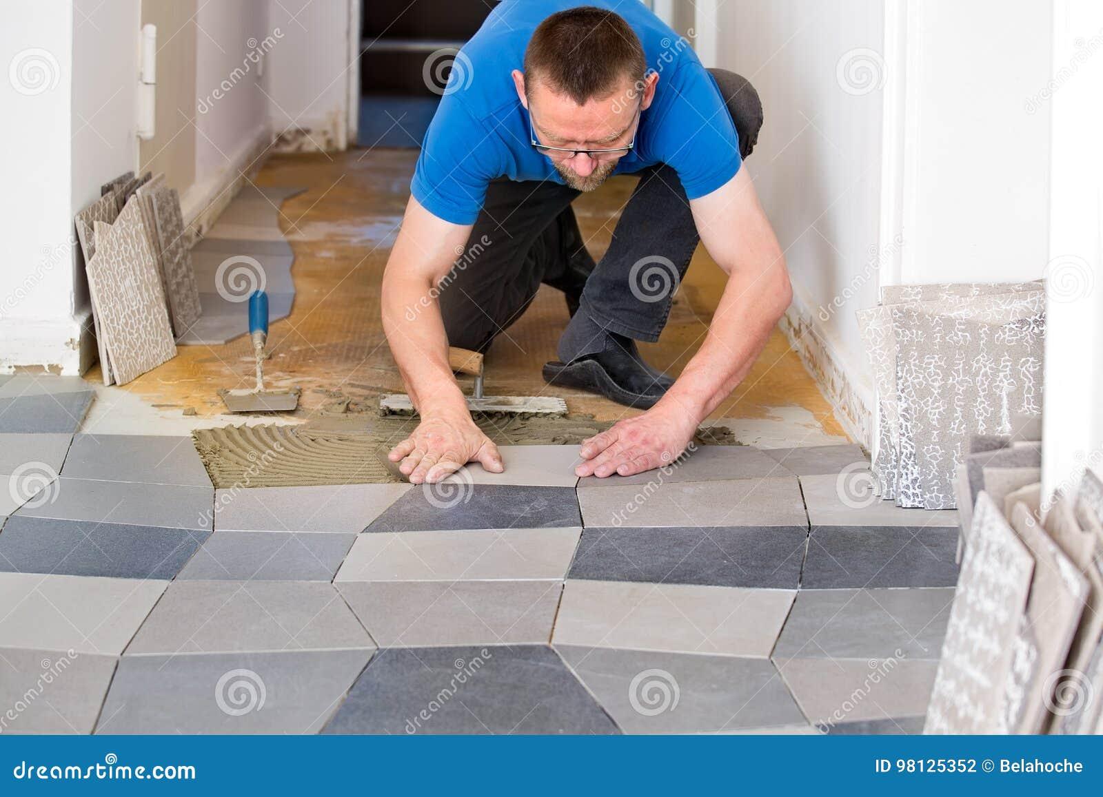 Kaflarz umieszcza nowe podłogowe płytki