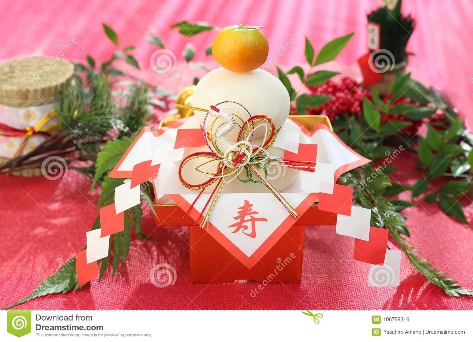 Kagami-Mochi een ronde rijst-cake en een bittere die sinaasappel aan deity wordt aangeboden