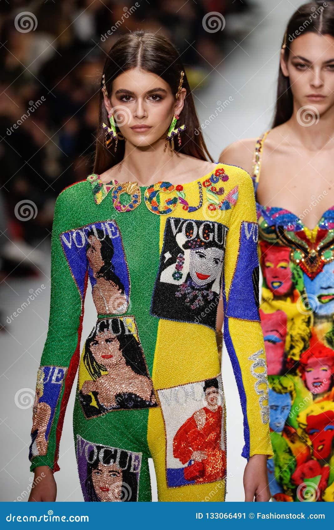 Kaia Gerber y Mica Arganaraz caminan la pista en la demostración de Versace durante Milan Fashion Week Spring /Summer 2018