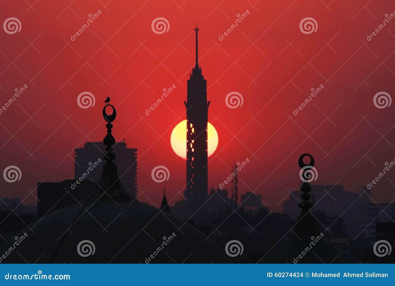 Kairo-Turm und alte Moscheen während des Sonnenuntergangs