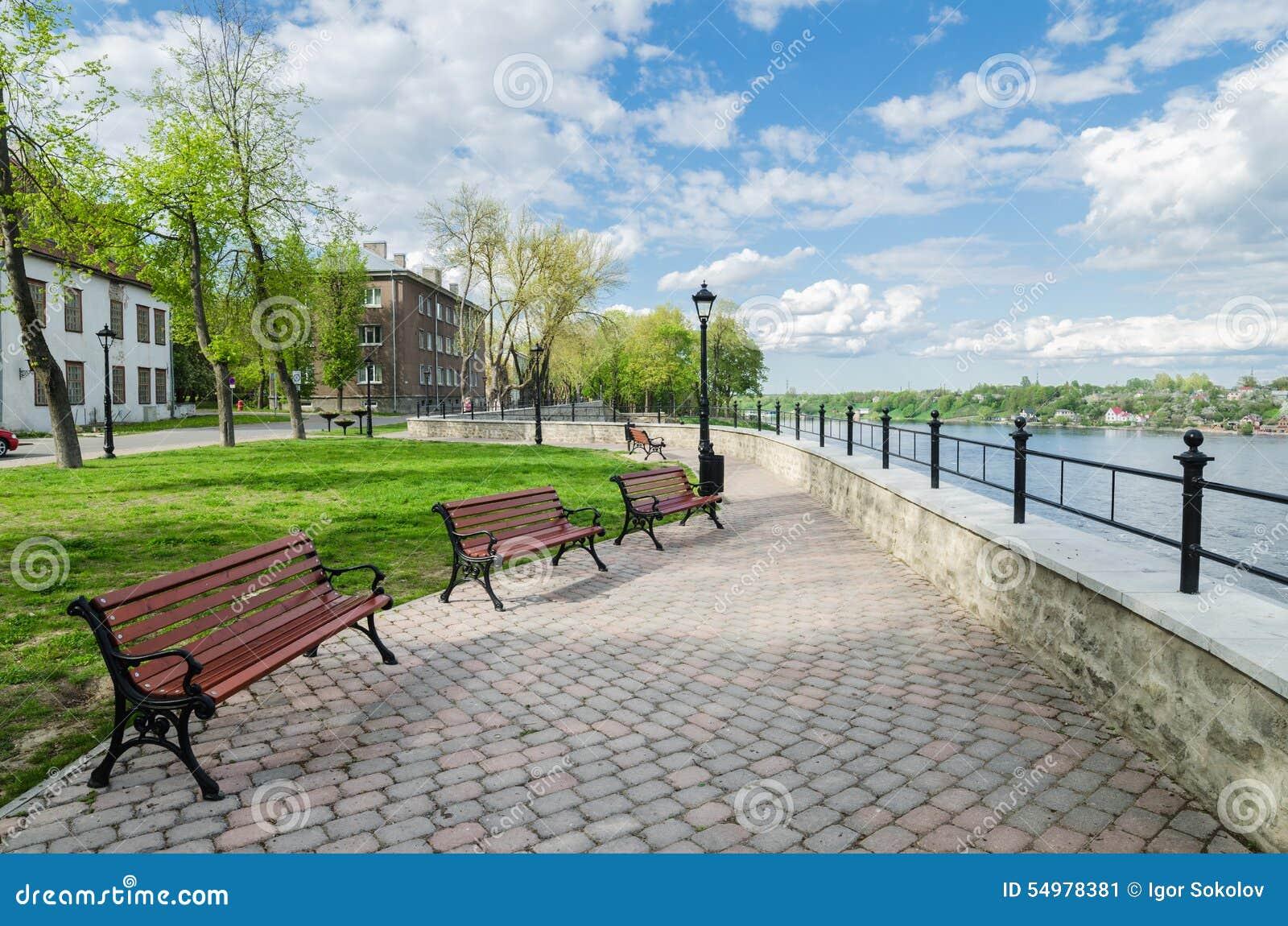Kaj av den soliga dagen för flodNarva vår