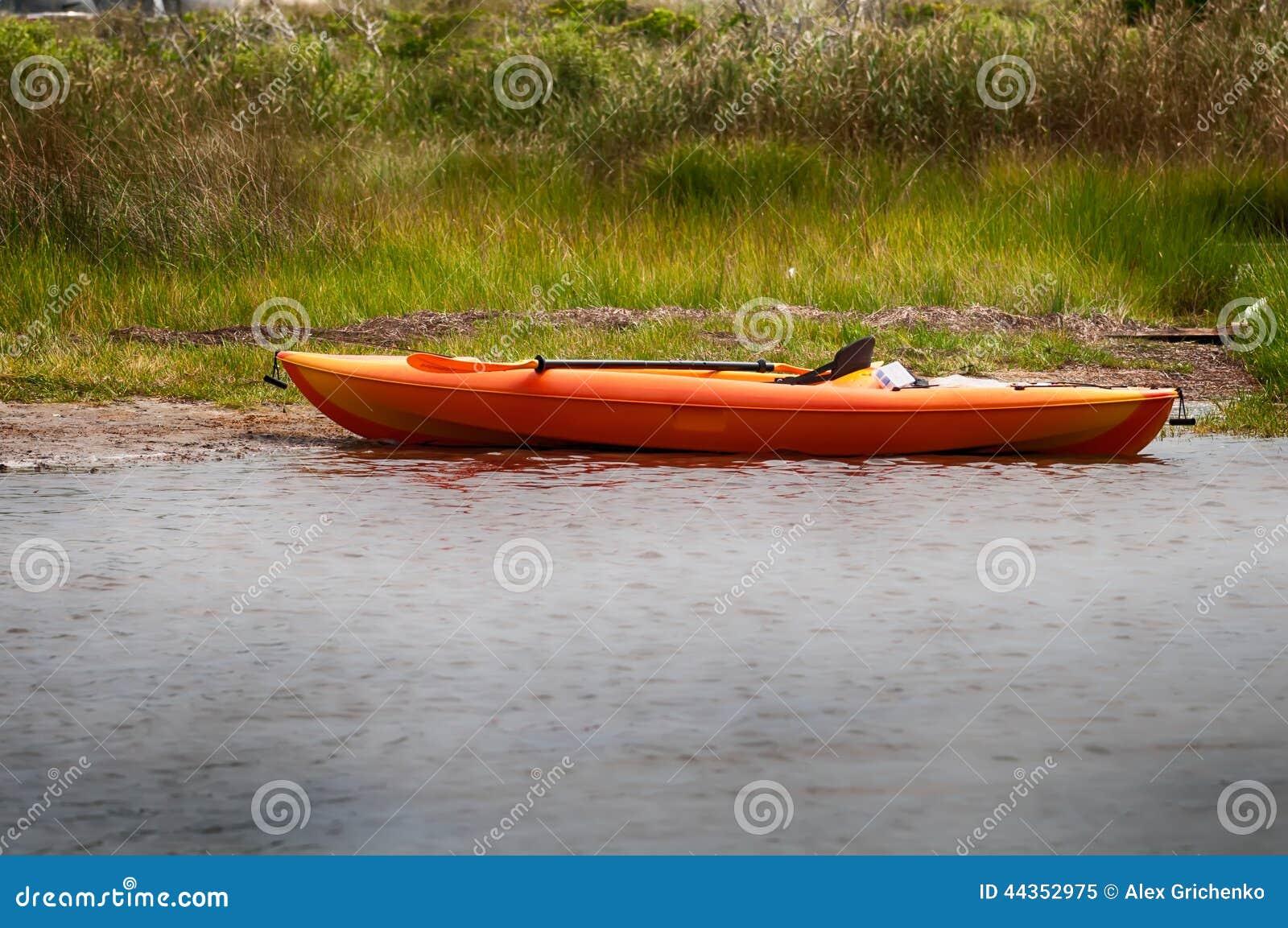 Kajak arancio sulla spiaggia del suono di pamlino
