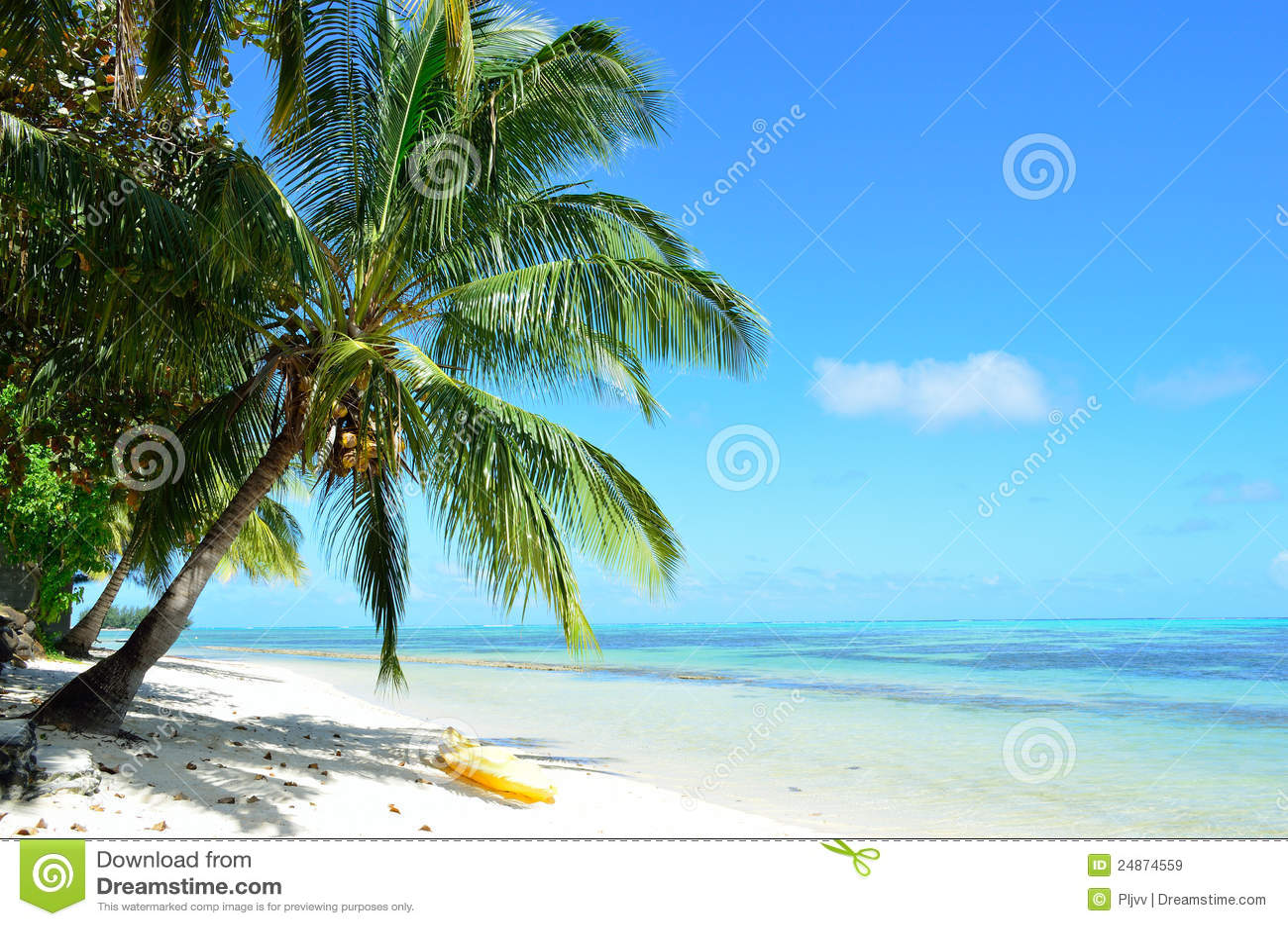 Kajak auf einem tropischen weißen Strand