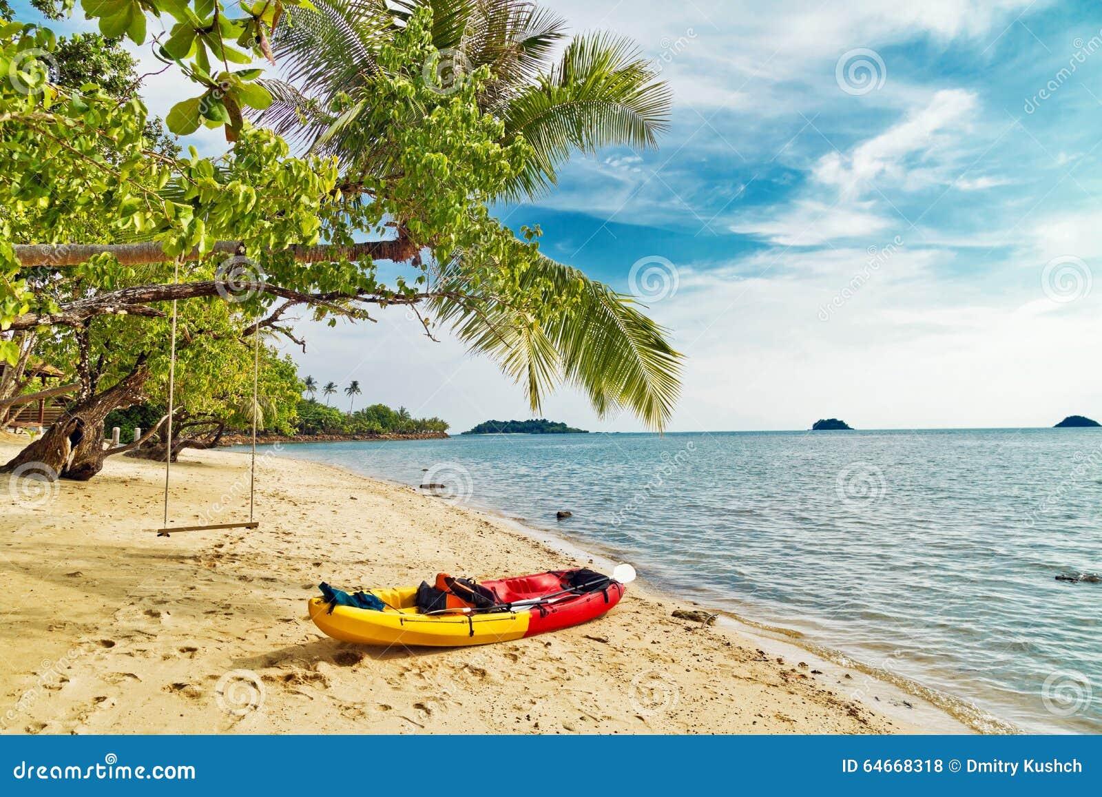 Kajak en la playa tropical