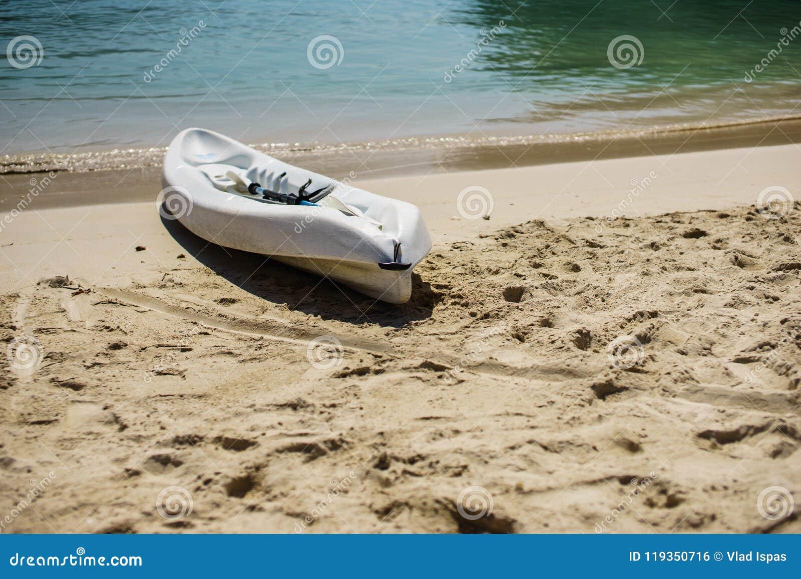 Kajak en peddel door de kust op het mooie witte zand van Labadee, Haïti