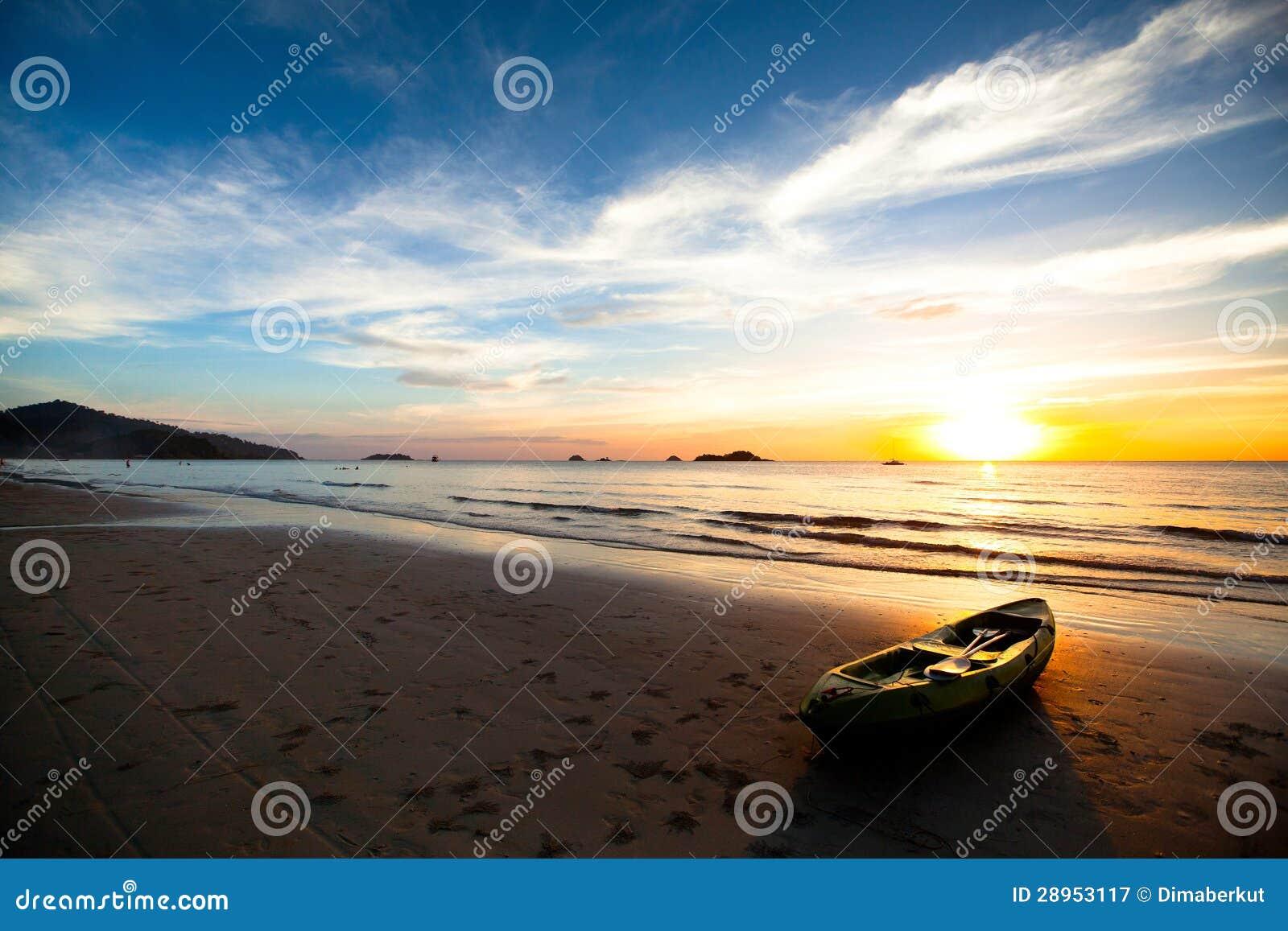 Kajak na plaży przy zmierzchem