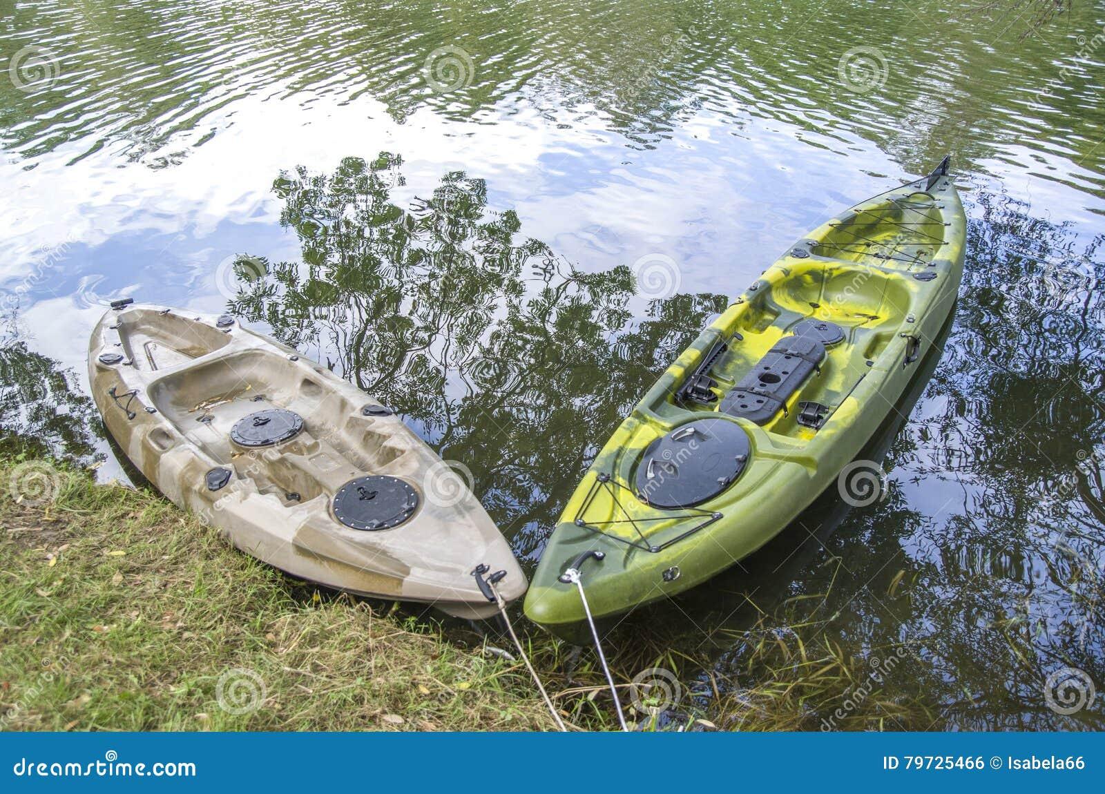 Kajak pesquero del solo asiento dos en el río