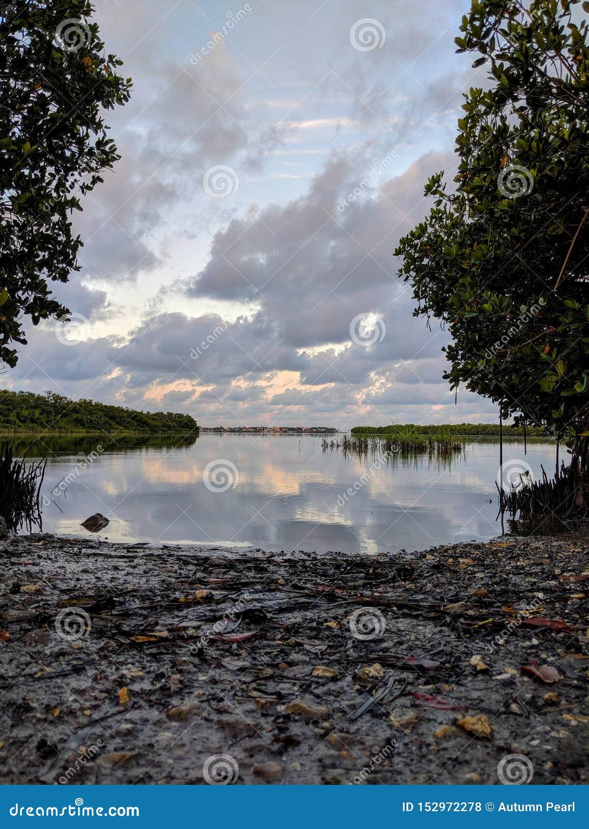 Kajaklansering, färgrik himmelmorgon för vatten