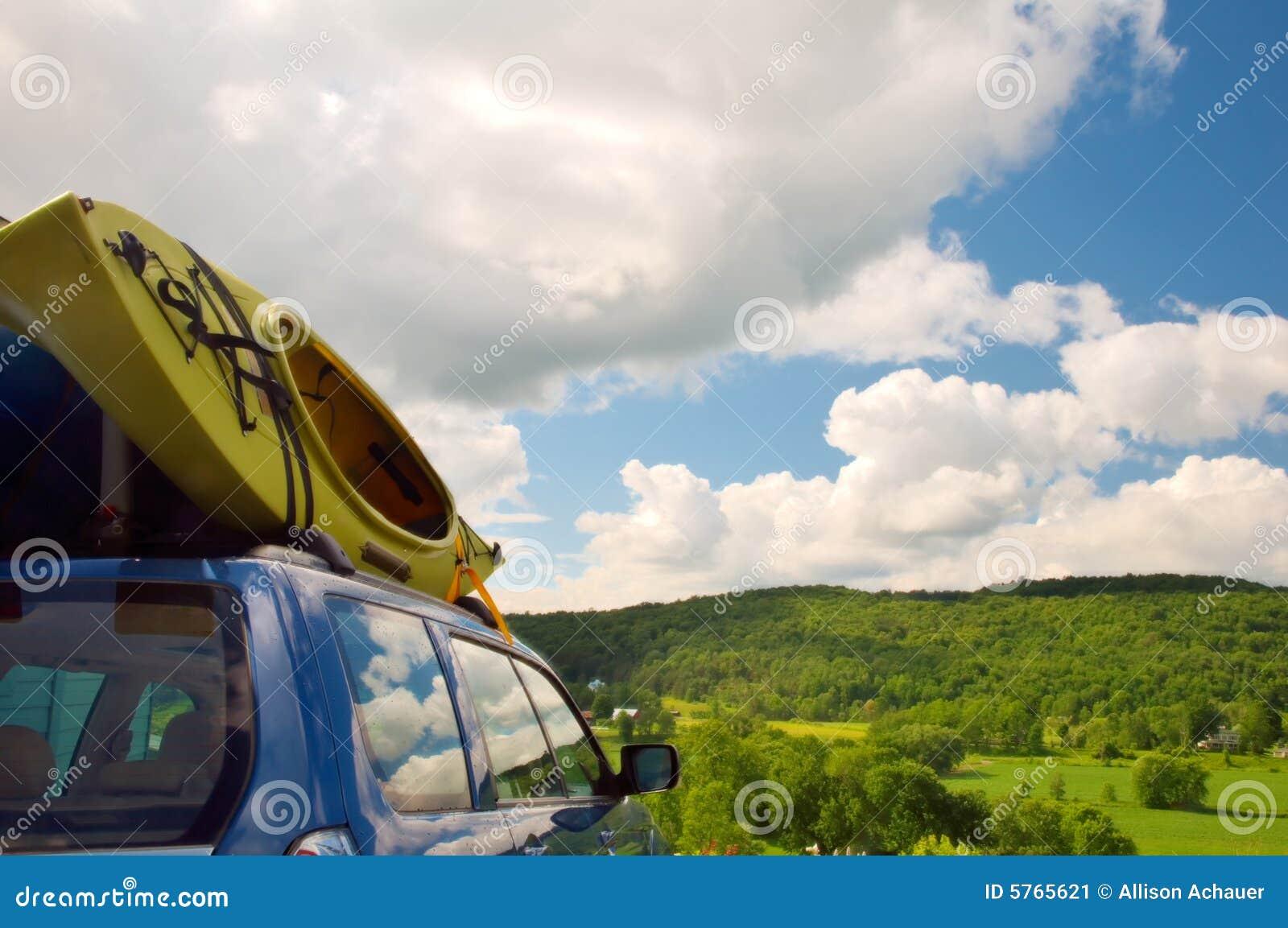 Kajaks die op horizontale auto worden geladen -