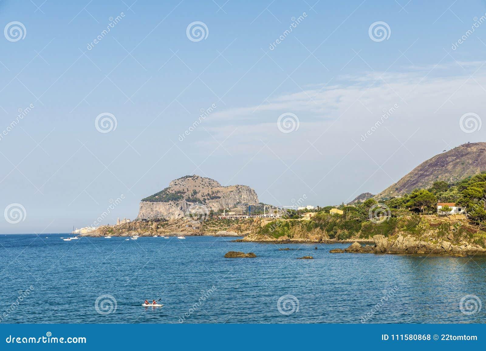Kajaksegeln entlang der Küste in Sizilien, Italien