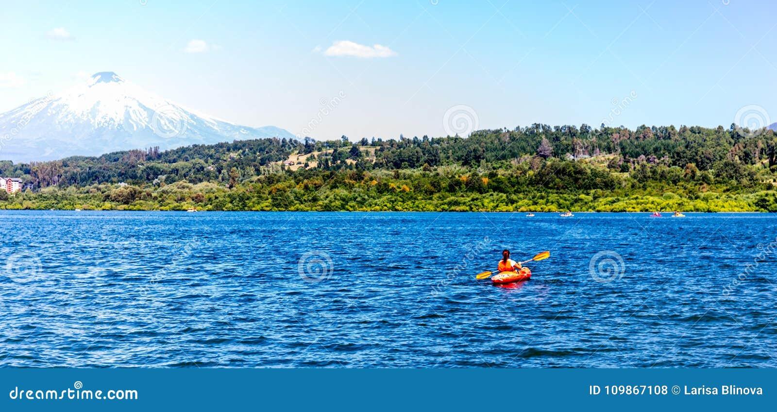 Kajakuje Kayaking na Jeziornym Villarica Chile przegapia wulkanu Villarrica kajaka na jeziornym Villarica Baner