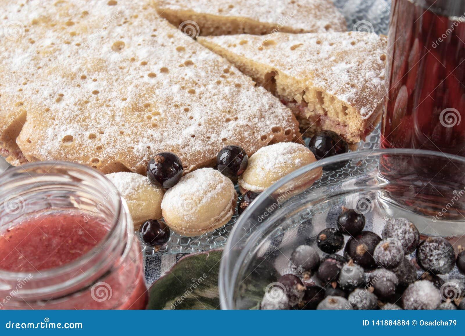Kaka med bär på en platta, closeup
