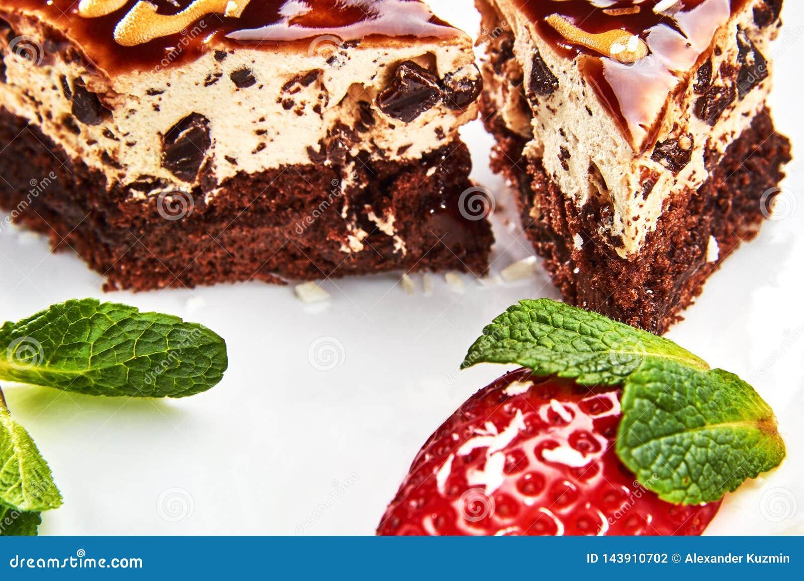 Kaka med karamell på en vit platta