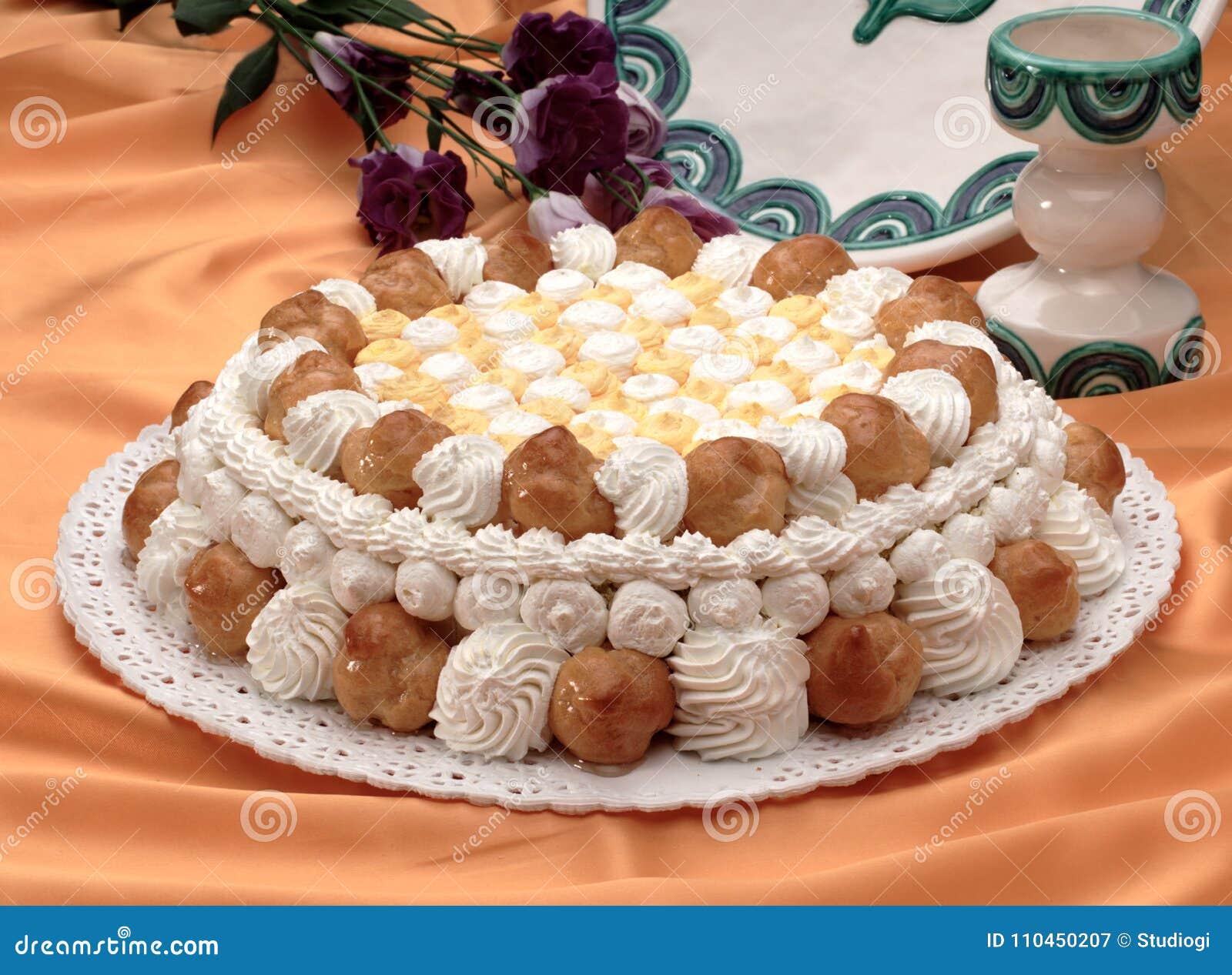 Kaka med kräm- puffs och piskad kräm